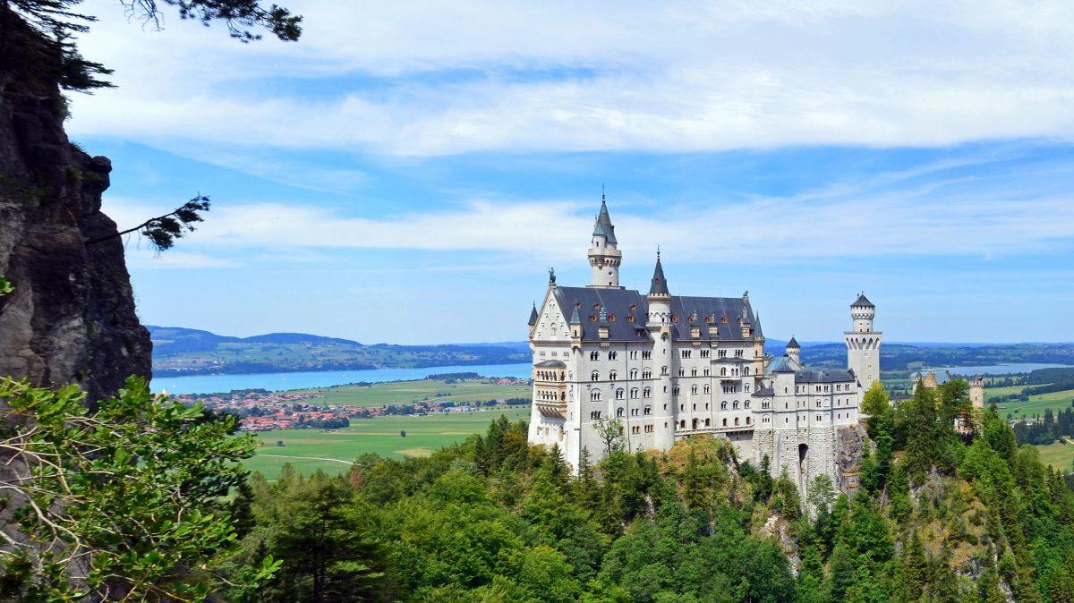 Neuschwanstein um castelo de conto de fadas.